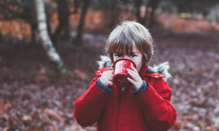 Kind mit einer Tasse
